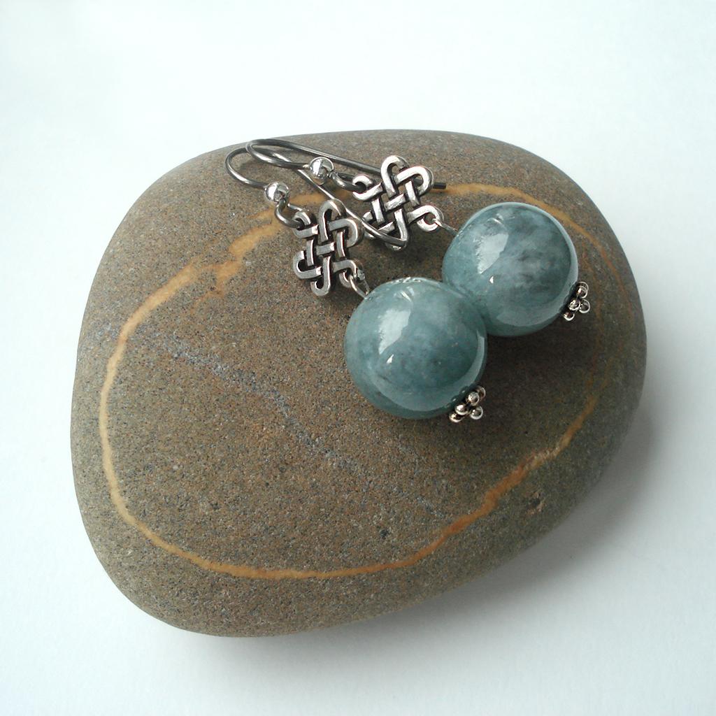 Алхимический нефрит: серьги на камне Триозерия